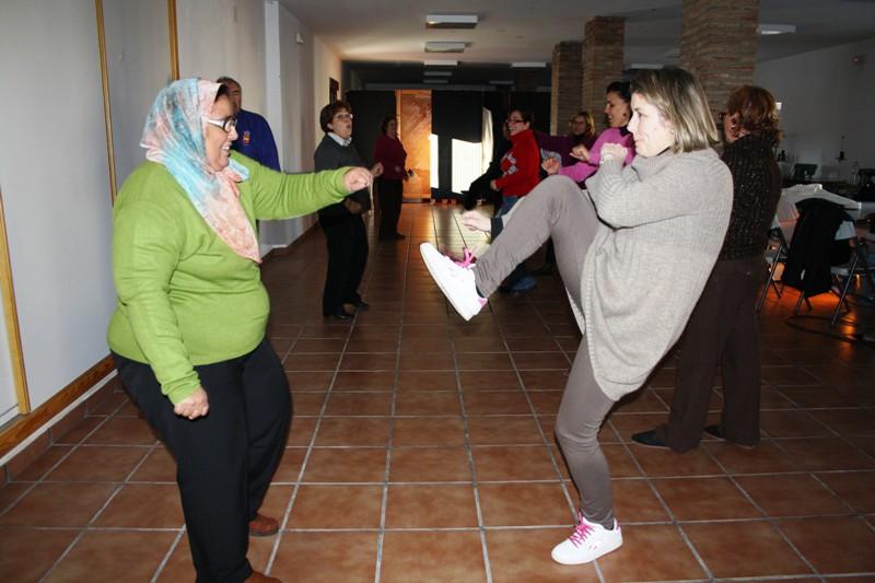Varias mujeres de Zalamea, algunas de ellas inmigrantes comparten técnicas de autodefensa.