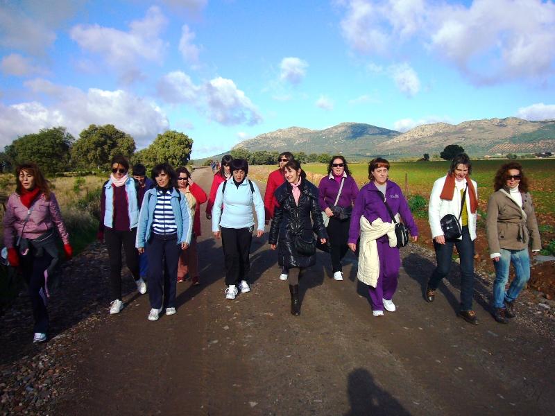 Mujeres de Zalamea participan en una marcha senderista por la comarca.