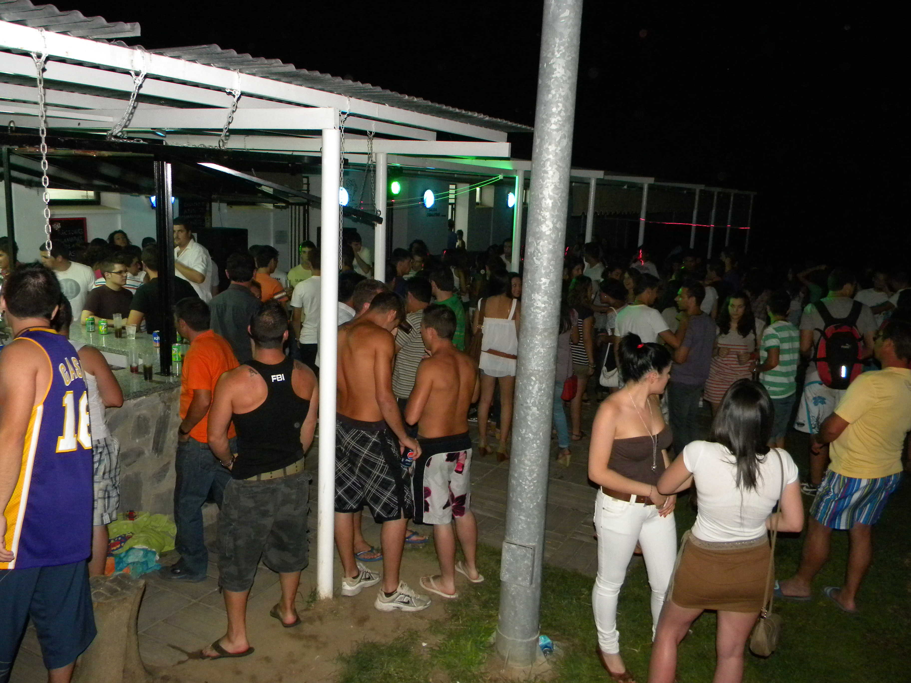 La piscina municipal abre los jueves por la noche for Piscina municipal caceres